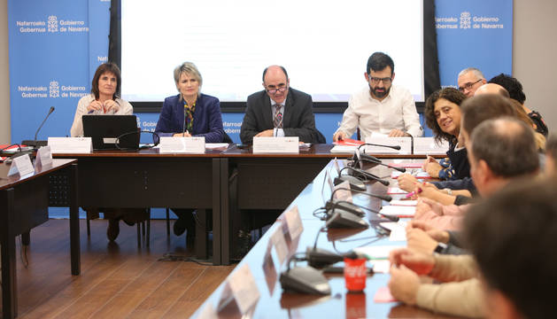 El consejero Ayerdi y la directora general Ezkutari en la comisión de comercio.