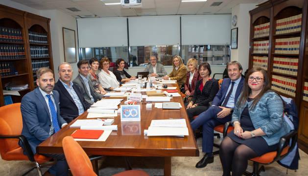 Foto de grupo de los asistentes a la primera reunión del Consejo Navarro de Salud Laboral.