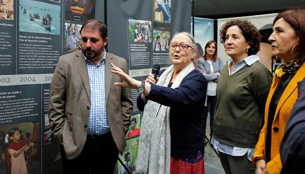 """Anna Ferrer (c), durante la inauguración este viernes en el Parlamento de Navarra de la exposición 'Viaje a la Ciudad del Infinito', un espacio que recorre y celebra 50 años de trabajo por """"alcanzar imposibles"""" de la Fundación Vicente Ferrer en la India."""