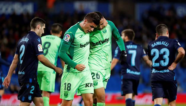 Los jugadores del Leganés Andoni Gorosabel y Youssef En-Nesyri celebran el gol del equipo madrileño durante el encuentro correspondiente a la jornada trece de primera división disputado en el estadio Reale Arena de San Sebastián.