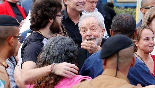 Foto del expresidente brasileño Luiz Inácio Lula da Silva (c), sale de la cárcel donde cumplía una condena por corrupción desde hacía 1 año y 7 meses.