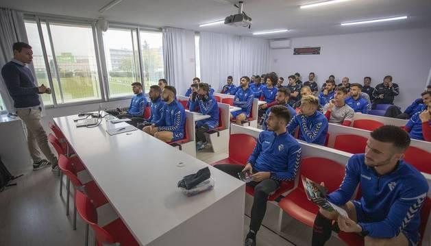 Los jugadores, atentos a las explicaciones por parte del personal de La Liga que se ha desplazado a Tajonar.