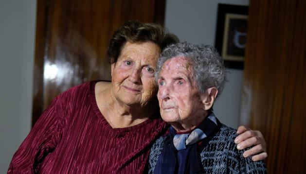 Foto Carmen y Ángeles, hija y madre, bisabuela y tatarabuela, en un gesto entrañable en su hogar de Cascante.