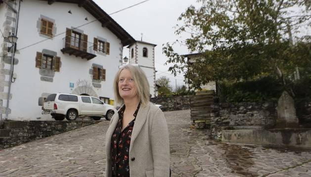 Foto de Rakel Ariztegi Ariztia, detrás, el Ayuntamiento de Oitz.