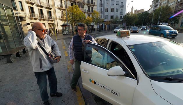 Foto de Vicente Bassachs despidiéndose de Sergio Macuso tras bajar del taxi en la plaza de Merindades.