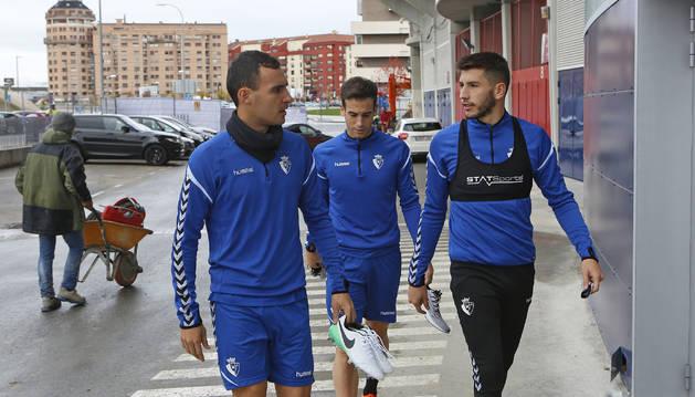 Foto de Unai García, Iñigo Pérez y David García, en los aledaños del estadio de El Sadar antes de comenzar a ejercitarse ayer a puerta cerrada.
