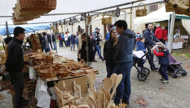 Foto de uno de los puestos de artesanía colocados ayer en la plaza de Urroz.