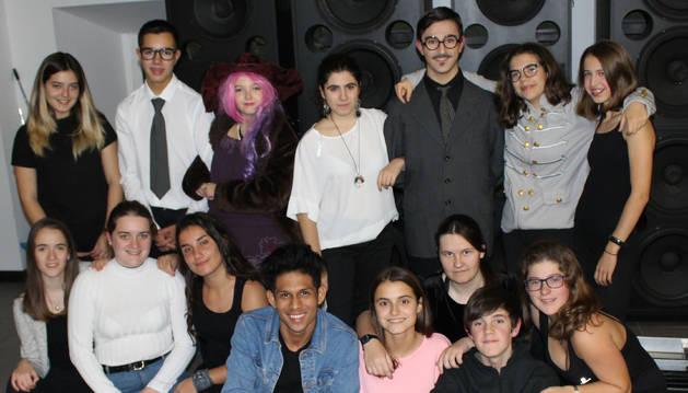 Foto de los jóvenes intérpretes de El hilo verde,  minutos antes de salir al escenario del espacio cultural Los Llanos el viernes por la noche.