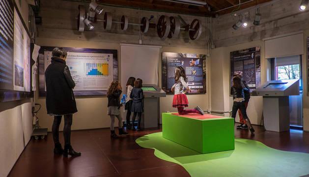 Foto de varias niñas en una exposición en el Molino de San Andrés, en Villava.