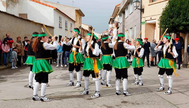 Foto de un instante de la actuación del Grupo de Danzas de Cabanillas.