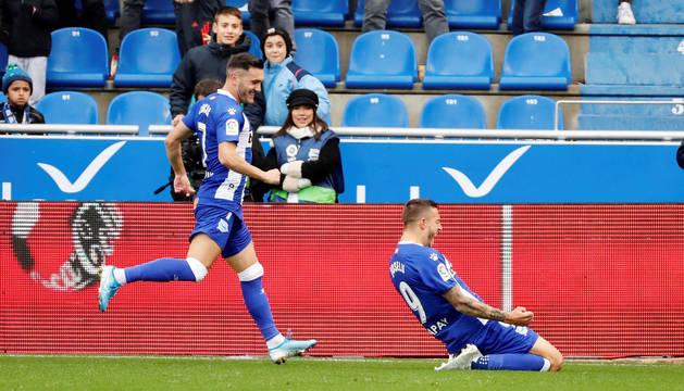 'Joselú' (d), celebra su gol con su compañero Lucas Pérez,