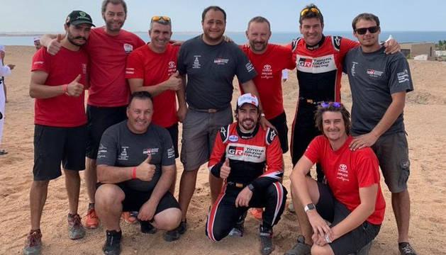Fernando Alonso y Marc Coma junto a su equipo tras finalizar el Ula Neom Rally.