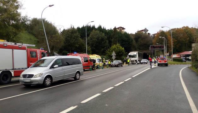 Servicios de emergencia, bomberos y policías forales, en el lugar del accidente.