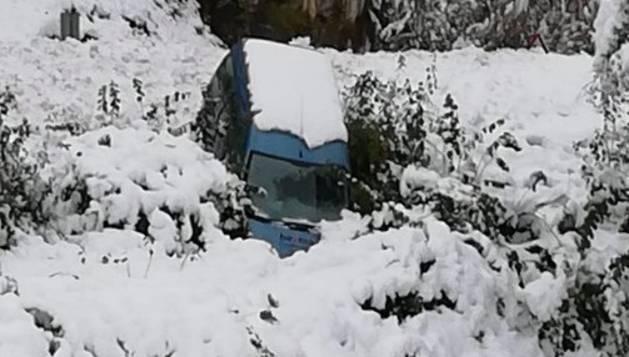 La zona de Larra-Belagua, en Roncal, ha amanecido este jueves con un espesor de nieve de unos 10 cm después de la nevada de esta noche. La cota de nieve, que se encuentra sobre los 1200-1400 metros, bajará hasta los 900-1000 metros en las próximas horas.