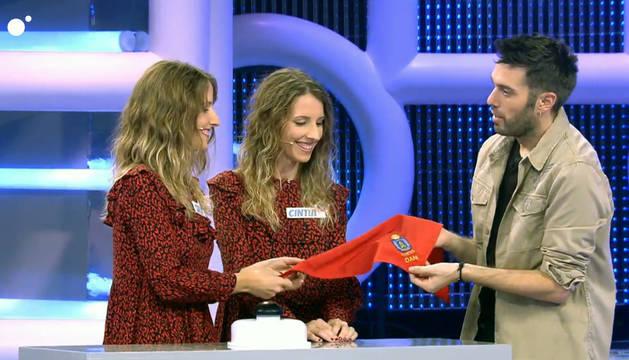 foto de Carla y Cintia Pueyo Borobia regalaron a Dani Martínez un pañuelico bordado con el escudo de Cortes