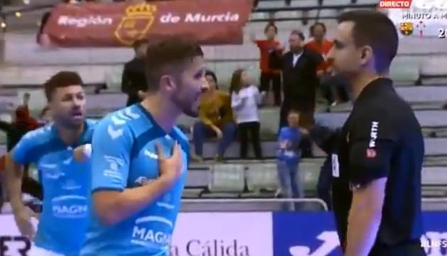 Rafa Usín protesta al árbitro en presencia de Araça.