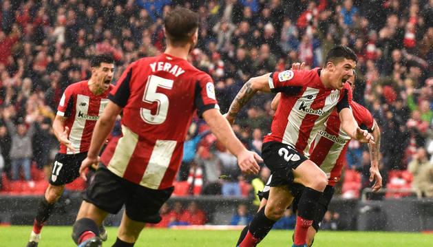 El defensa del Athletic de Bilbao Ander Capa celebra su gol ante el Levante, en el partido de la décimo tercera jornada de LaLiga Santander disputado en San Mamés.