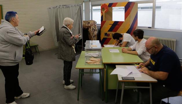 foto de Varias personas votando en un colegio electoral del barrio de Mendillorri en Pamplona