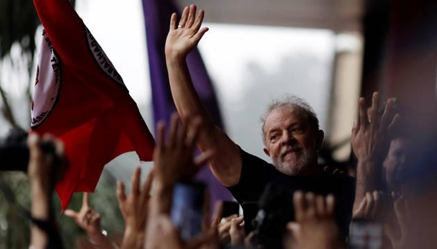 Lula saluda a sus seguidores tras salir de prisión.