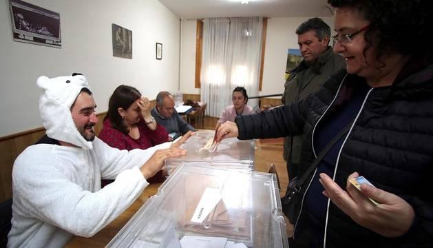 El presidente de la mesa electoral instalada en Osma, José Luis Lamela, se ha disfrazado de oso.