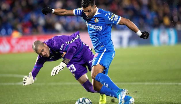 Rubén Martínez tapa el disparo de Ángel al inicio del partido.