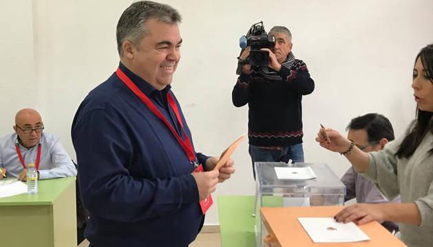 foto de El cabeza de lista del PSN al Congreso, Santos Cerdán, ha votado en Milagro