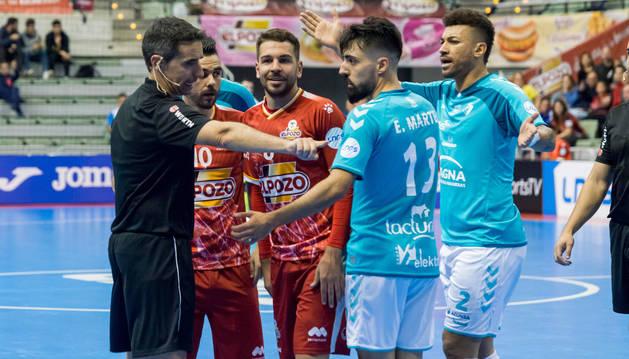 foto de Los jugadores de Osasuna Magna Araça y Eric Martel intentan que el árbitro Carlos Rabadán les explique la decisión que tomó junto a su compañero, tras anular el tanto visitante, en presencia de Álex y Andresito.