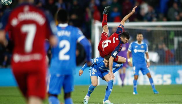 Oier Sanjurjo 'vuela'  por encima de Mauro Arambarri, uno de los jugadores más destacados del Getafe.