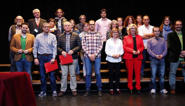 Los homenajeados durante el acto posaron junto a las autoridades asistentes en el escenario del salón de actos de Jesuitas.