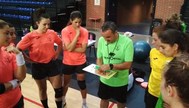 El técnico navarro Manu Etayo, dando indicaciones a sus jugadoras del Grafometal La Rioja.