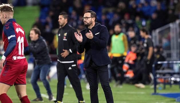 José Bordalás aplaude una acción durante el partido del domingo ante Osasuna. A la izquierda, Jagoba Arrasate.