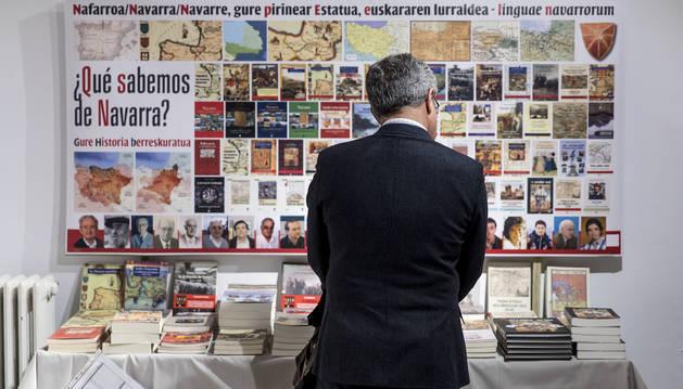 Foto de un ciudadano, delante del estand de la editorial Pamiela en la primera feria, hace tres años, cuando el evento se celebró en Geltoki.
