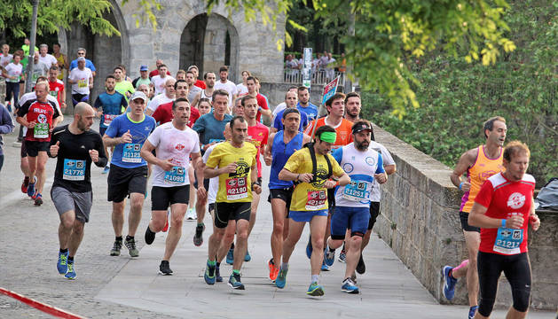 Un grupo, dejando atrás el Portal Nuevo durante la sexta edición disputada el pasado año con 2.500 inscritos de 18 países.