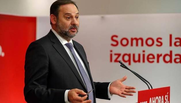 El Secretario de Organización del PSOE y ministro de Fomento en funciones José Luis Ábalos, durante la rueda de prensa en la sede de Ferraz.
