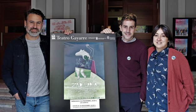Foto de Ximun Fuchs, Oier Zuñiga y Miren Alcala, ayer, en el Teatro Gayarre de Pamplona.