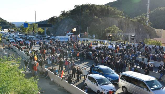 Foto del corte de la AP-7 de Tsunami se prolonga siete horas y deja colas kilométricas en la N-II.