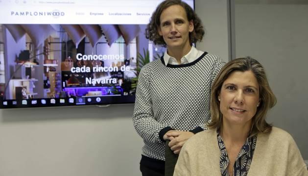 Foto de Luisa Eugui, de pie, y Myriam Araquistain, las socias de Pamploniwood junto con Laura Eugui.