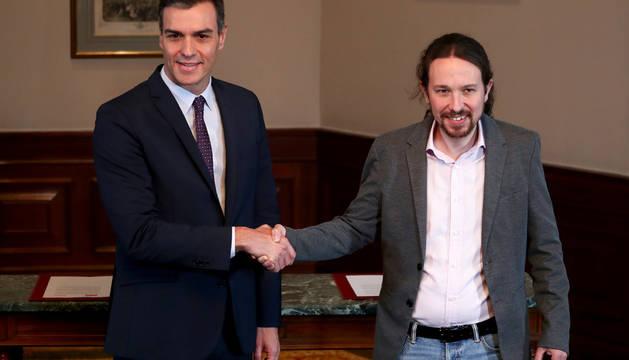 El presidente del gobierno Pedro Sánchez y el líder de Podemos Pablo Iglesias han anunciado el acuerdo de un gobierno de coalición.