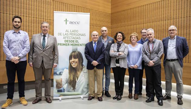 Foto de Chema Larráyoz (psicólogo AECC), Antonio Martínez de la Cuesta (radiólogo vascular CUN), Francisco Arasanz (AECC), Manuel Carpintero (gerente de Primaria), Ruth Vera (jefa Oncología CHN), Ana Palacios (enfermera Hospital Día), José Manuel Aramendía (oncólogo CUN), José Rifón (hematólogo CUN), Juan Pedro Tirapu (intensivista CHN).