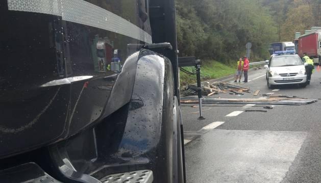 Un camión pierde su carga de listones de aluminio en la N-121-A, a la altura de Bera
