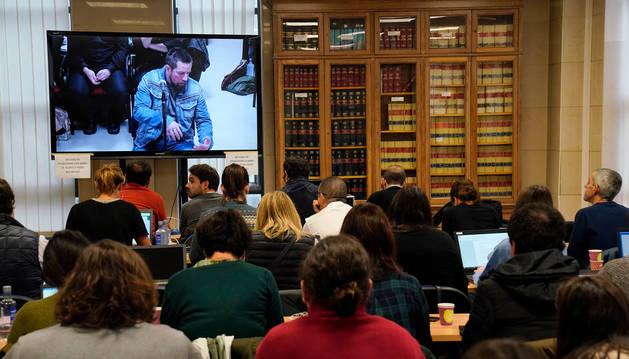 Foto de la sala en la que la prensa sigue, a través de una pantalla, el juicio a José Enrique Abuín.