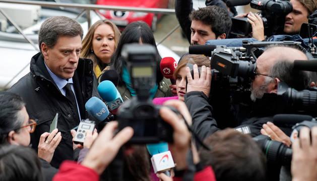 Foto del padre de Diana Quer, Juan Carlos Quer, atiende a los medios de comunicación, a su llegada a los juzgados.