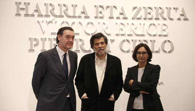 Foto del cineasta Víctor Erice, (c) junto al director del museo Miguel Zugaza, (i) y la representante de la fundación BBVA, Silvia Churruca, (d).