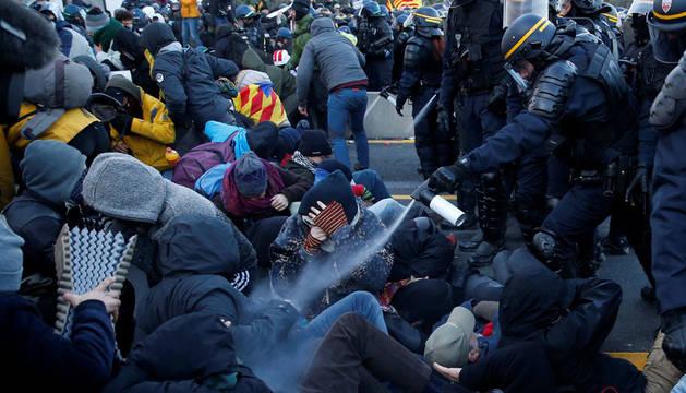 Francia empieza a desalojar a los independentistas que bloquean la frontera