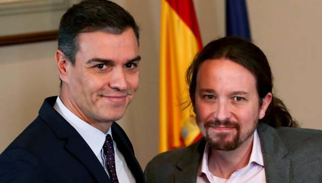 Foto de Pedro Sánchez (PSOE) y Pablo Iglesias (Unidas Podemos) comparecen en rueda de prensa para hacer un anuncio sobre la negociación de Gobierno.