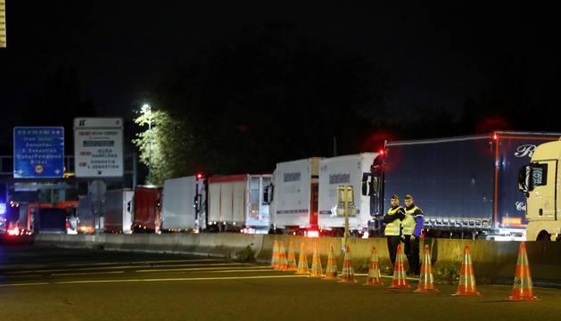 Foto de agentes de la policia francesa controlan la frontera de Biriatou.