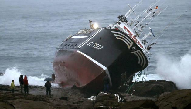 Un hombre fallece tras embarrancar el pesquero 'Divina del Mar', uno de los más conocidos de la flota de Portosín (A Coruña).