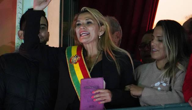La senadora opositora Jeanine Áñez asume la Presidencia interina de Bolivia tras la renuncia de Evo Morales.