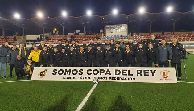La plantilla de la Peña Azagresa, esta tarde-noche en Fraga antes del partido.