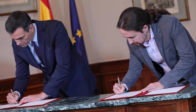 Foto de Pedro Sánchez (PSOE) y Pablo Iglesias (Unidas Podemos) firman en el Congreso su preacuerdo para un gobierno de coalición